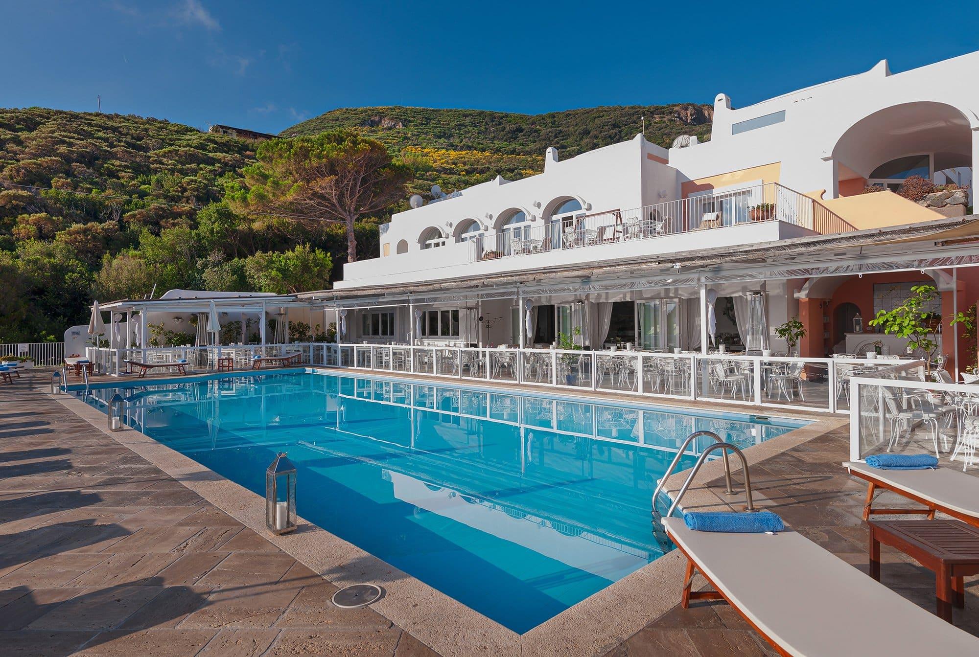 La nostra piscina panoramica con acqua salina